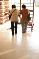 妹(右)と一緒に「オレンジカフェ」に来ている真智子さん(仮名)。「ここに来るようになって自分が強くなった」と話す=4月、福井県あわら市
