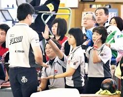 混合4人チーム戦で投球後にハイタッチする福井県Aのメンバー=福井市のスポーツプラザWAVE40