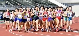 勢いよくスタートする福井県選抜の大同美空(左、24番)ら第1区走者たち=13日、福井県営陸上競技場