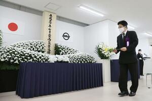 岡山県倉敷市真備町地区で行われる追悼式に先立ち、献花する加藤厚労相=6日午前7時57分
