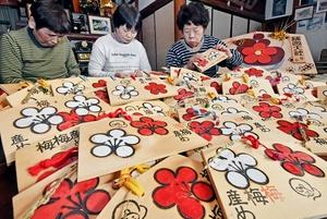 地元の住民が一つ一つ手作りして仕上げた絵馬=11月13日、福井県福井市安原町の金剛山地蔵院