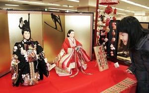 スキージャンプの高梨沙羅選手とテニスの錦織圭選手をモデルにしたひな人形=福井市の西武福井店