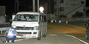事故車両を調べる捜査員=5月、福井市