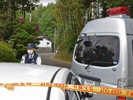 女子中学生が襲われた現場付近を警戒する警察官=26日午後0時38分、鹿児島県出水市