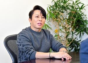 インタビューに答える西川貴教さん