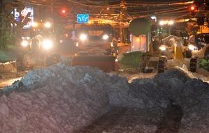 県道にたまった大量の雪を取り除く除雪車=2月8日午前1時37分、福井県福井市西木田2丁目