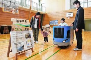 冬遊フェスタで、武生工業高の生徒が作った「ミニ・フクラム」の運転を楽しむ子ども=22日、福井県越前市の武生東小