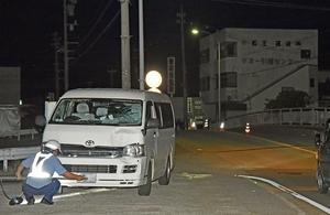 事故車両を調べる捜査員=5月29日午後10時半ごろ、福井市
