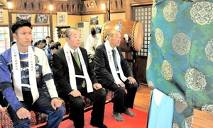 今季の必勝を祈願するサウルコス福井の望月一仁監督(右)、川邊裕紀主将(左)ら=1日、福井市の和田八幡宮