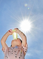 日差しが降り注ぐ中、アイスクリームで涼を取る女の子=5月15日、福井県坂井市の県児童科学館