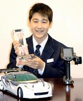 無線操縦車の世界大会で優勝した岡崎晟也さん=福井県坂井市の自宅