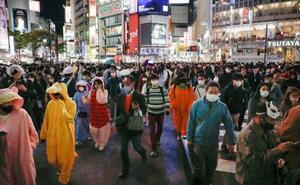 ハロウィーン本番を迎え、東京・渋谷のスクランブル交差点を行き交う人たち=31日夜