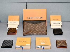 押収された偽ブランド品(奥)と販売された財布(手前)=5月13日、福井県警敦賀署