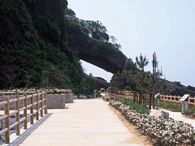 日本海の荒波の侵食作用でできた天然のトンネル