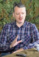 モスクワ市内で取材に応じるイーゴリ・ストレルコフ氏=11日(共同)