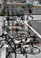 北陸で「春一番」を観測。福井市街の駐輪場では多くの自転車が倒れていた=2月4日、福井県福井市大手3丁目
