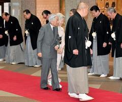大相撲初場所を観戦するため、東京・両国国技館に到着された天皇、皇后両陛下。手前は八角理事長=20日午後