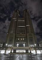 東京都で時短営業要請が始まり、午後10時に合わせてライトアップが消灯された都庁舎=28日午後10時12分