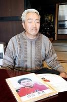 田辺宗之さんの写真を前に「早く息子に会いたい」と話す隆三さん=4月、福井県若狭町