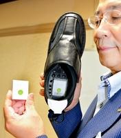 徘徊者の居場所が分かるGPS発信器(左)と発信器を埋め込んだ靴=8月31日夜、福井市日之出公民館