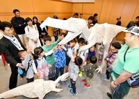福井県立恐竜博物館に等身大「恐竜」