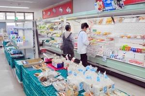 品物の少なくなった店内で最後の買い物を楽しむ来店者=29日、福井市東郷二ケ町のくみあいマーケット東郷店