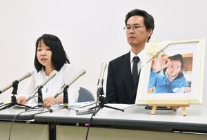 事故調査委員会の報告を受け、記者会見する林郁香さんの両親=16日午後、大分県庁