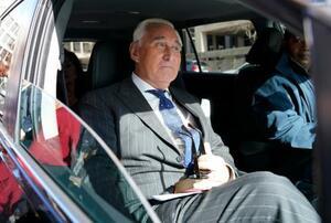 15日、評決後に米ワシントンの連邦地裁を離れるロジャー・ストーン被告(ゲッティ=共同)
