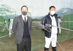 抽選会を終え、意気込みを語る大島主将(左)と東監督=敦賀気比高