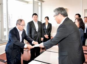 上野教育長に学校給食費の改定を答申する中村委員長(左)=23日、福井県敦賀市役所