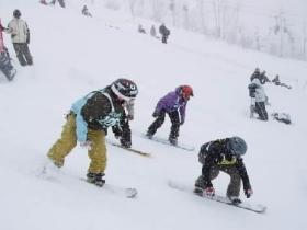 ロングコースが魅力のスキー場。フード付きリフトで快適