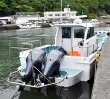 静岡県南伊豆町の沿岸で見つかり、近くの船着き場に運ばれた船。中から大量の覚醒剤が押収された=5日午前