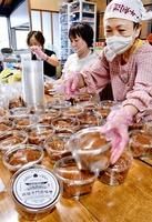 手際よくみそをパッケージ詰めする奉賛会の会員ら=9月、福井県敦賀市原の西福寺