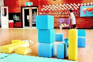 面会交流後に、後片付けをする支援センターのスタッフ=5月、福井県内の幼稚園