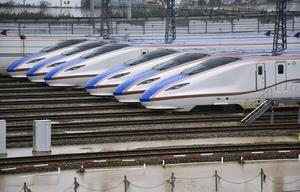水が引いたJR東日本の長野新幹線車両センターに並ぶ北陸新幹線の車両=10月14日午後1時33分、長野県長野市赤沼地区