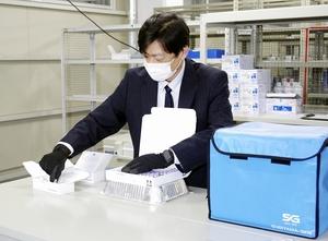 高齢者向けの新型コロナワクチンの発送作業=10日、福井市重立町の明祥福井支店