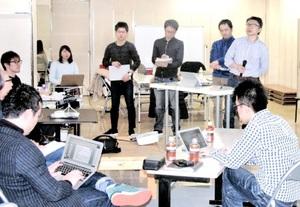 家守ブートキャンプで事業計画を発表するチーム福井の4人(奥)=2月9日、北九州市