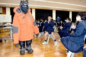 南極観測隊員が本郷小で特…