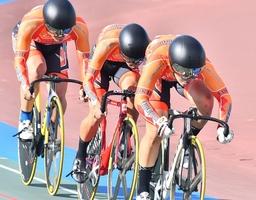 自転車チームスプリント1・2位決定戦 1分4秒187をマークし優勝した科学技術=7月31日、沖縄県総合運動公園