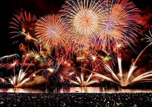色とりどりの花火が夜空を焦がした「とうろう流しと大花火大会」=16日午後7時50分ごろ、福井県敦賀市松島町