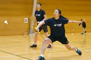 練習するバドミントン女子ダブルスの永原(手前)、松本組=25日、秋田市内