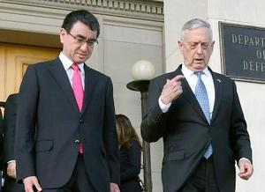 会談を終え、マティス米国防長官(右)に見送られる河野外相=16日、ワシントン郊外の米国防総省(外務省提供・共同)