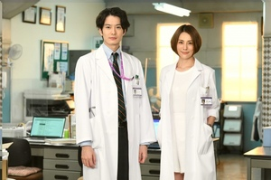 『ドクターX』1話ゲストの岡田将生(左)と米倉涼子 (C)テレビ朝日