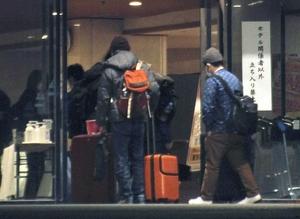 千葉県勝浦市内のホテルに入る中国・武漢からの帰国者=1月29日夜