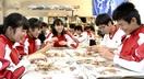セイコガニ殻むき苦戦 県内中3生、授業で食べ方…