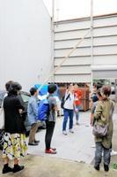 スクールで立案する事業計画の対象物件となった広場を視察する受講者ら=30日、福井市中央1丁目