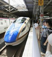 昨年9月、仙台―金沢間を直通運転した北陸新幹線用の車両=JR仙台駅