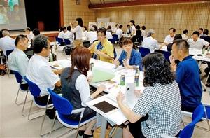 独身者を対象にした交流企画についてグループ討議する「職場の縁結びさん」=昨年8月、福井県庁