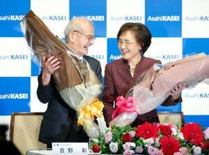 ノーベル化学賞の受賞が決まり、妻久美子さんと記者会見し花束を手に笑顔の吉野彰旭化成名誉フェロー=10日午後、東京都千代田区