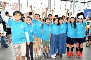 スペースキッズの活動に向けて士気を高める団員たち=6月16日、福井県福井市のハピテラス